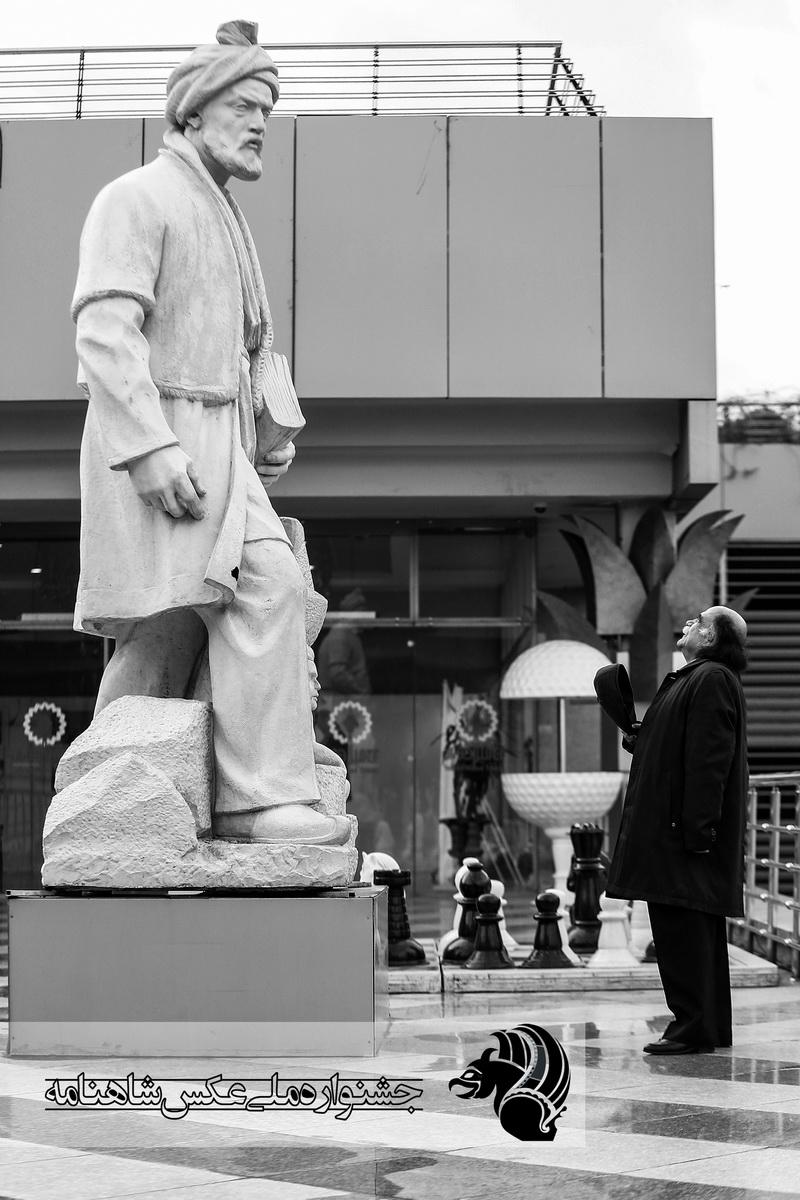 ادای احترام استاد کزازی به پیکره ی ابوالقاسم فردوسی . برج میلاد عکاس : رامبد رستگار از تهران