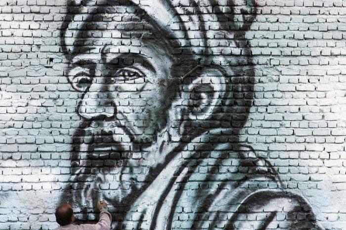 نقاش در حال کشیدن دیوارنگاره ای از فردوسی در یکی از سفره خانه های مشهد عکاس : سهیل زند آذر از رشت